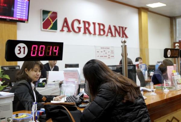 Khách hàng đến vay thế chấp sổ đỏ ngân hàng Agribank
